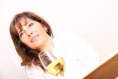 Mulher com vinho branco Imagens de Stock