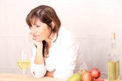 Mulher com vinho branco Fotografia de Stock Royalty Free
