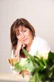 Mulher com vinho branco Imagens de Stock Royalty Free