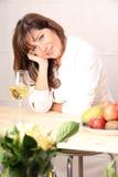 Mulher com vinho branco Imagem de Stock Royalty Free