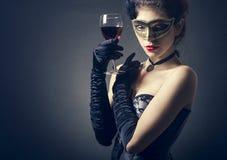 Mulher com vinho tinto de vidro Fotos de Stock Royalty Free