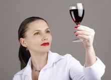 Mulher com vinho vermelho de vidro Fotografia de Stock Royalty Free