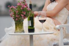 Mulher com vinho vermelho e flores Foto de Stock Royalty Free
