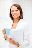 Mulher com xícara de café e dobradores Imagem de Stock Royalty Free