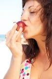 A mulher come a fruta Fotografia de Stock