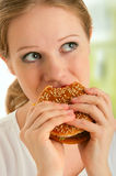 A mulher come o alimento insalubre, Hamburger Fotos de Stock