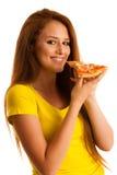A mulher come a pizza deliciosa isolada sobre o fundo branco Foto de Stock
