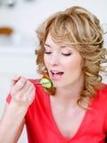 Mulher comendo loura fotos de stock royalty free