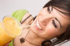 A mulher comendo saudável aprecia a salada verde fresca do alimento cru Imagem de Stock
