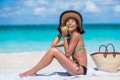 Mulher comendo saudável da praia em férias de verão foto de stock royalty free