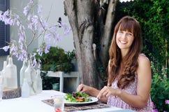 Mulher comendo saudável do estilo de vida que come a salada fora fotografia de stock royalty free