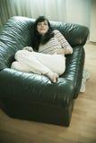 Mulher comfy no sofá imagens de stock royalty free