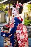 Mulher como a gueixa do maiko em uma rua de Gion em Kyoto Japão imagens de stock