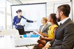Mulher como o conferente na apresentação do negócio fotografia de stock