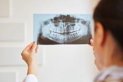 Mulher como o radiologista imagens de stock
