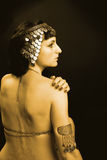 Mulher como uma princesa de Egipto no traje do ouro Imagens de Stock