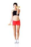 Mulher completa do comprimento que exercita com pesos Imagem de Stock Royalty Free