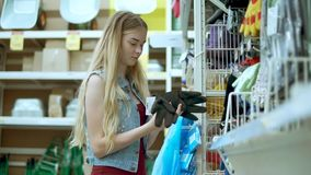A mulher compra o material na loja de ferragens video estoque
