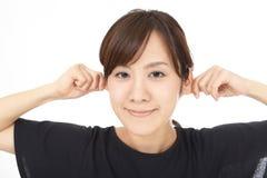 A mulher comprime suas orelhas imagens de stock