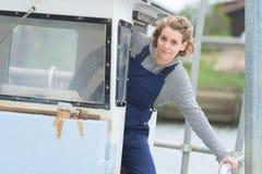 A mulher conduz o barco imagens de stock royalty free