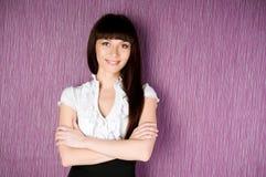 Mulher confiável com os braços cruzados Fotos de Stock