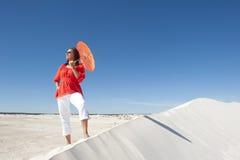Mulher confiável na duna de areia do deserto Fotografia de Stock Royalty Free