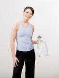 Mulher confiável na toalha da terra arrendada do sportswear Fotografia de Stock Royalty Free