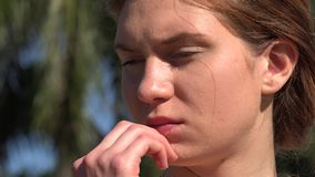 Mulher confusa ou pensando filme