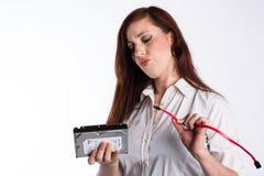 A mulher confusa tenta instalar o disco rígido imagem de stock