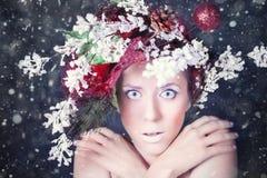Mulher congelada com penteado e composição da árvore no Natal, inverno Fotos de Stock