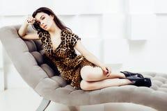 Mulher consideravelmente à moda no vestido da forma com cópia do leopardo junto no interior rico luxuoso da sala, conceito dos po Imagens de Stock
