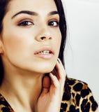 Mulher consideravelmente à moda no vestido da forma com a cópia do leopardo no luxu Fotografia de Stock Royalty Free