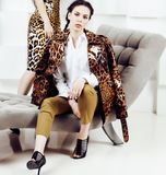 Mulher consideravelmente à moda no vestido da forma com a cópia do leopardo no luxu Imagens de Stock Royalty Free