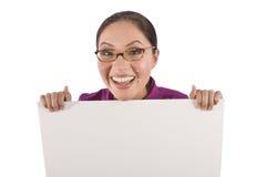 A mulher consideravelmente asiática prende um poster branco em branco imagens de stock royalty free