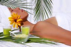 Mulher consideravelmente asiática que relaxa Imagem de Stock Royalty Free