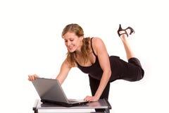 Mulher consideravelmente ativa com o portátil no branco fotos de stock royalty free