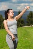 Mulher consideravelmente atlethic que toma o selfie na natureza Imagem de Stock Royalty Free
