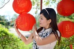 Mulher consideravelmente chinesa que prende a lanterna de papel imagens de stock