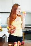Mulher consideravelmente de cabelos compridos que guarda pêssegos Foto de Stock Royalty Free