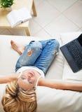 Mulher consideravelmente loura com computador portátil Imagens de Stock Royalty Free