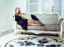 Mulher consideravelmente loura no interior luxuoso rico da casa, pessoa da forma foto de stock