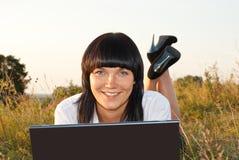 Mulher consideravelmente nova ao ar livre com computador Fotografia de Stock Royalty Free