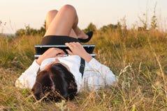 Mulher consideravelmente nova ao ar livre com computador Fotos de Stock