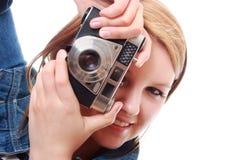 Mulher consideravelmente nova com câmera do vintage foto de stock royalty free