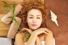 Mulher consideravelmente nova com cabelo curly fotos de stock