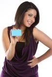 Mulher consideravelmente nova com cartão de crédito imagens de stock