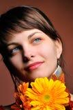 Mulher consideravelmente nova com flor Fotos de Stock Royalty Free