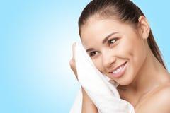 Mulher consideravelmente nova com toalha branca Foto de Stock Royalty Free