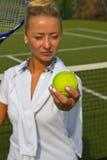 Mulher consideravelmente nova do jogador de tênis que joga o tênis Imagem de Stock Royalty Free