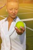 Mulher consideravelmente nova do jogador de tênis que joga o tênis Fotos de Stock